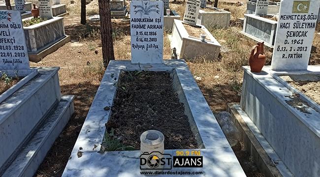 Dedesi ve Nenesinin Mezarına Kenevir Ekti